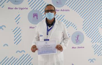 El doctor Antoni Soriano amb el premi de l'ESPID