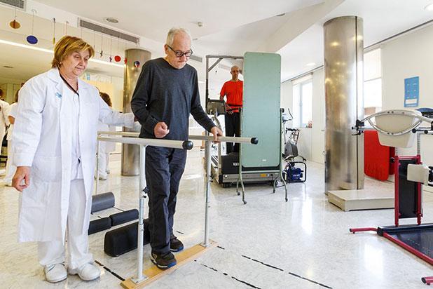 Pacient de Vall d'Hebron fent exercicis de rehabilitació