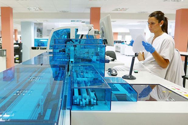 Professional de Vall d'Hebron treballant al laboratori