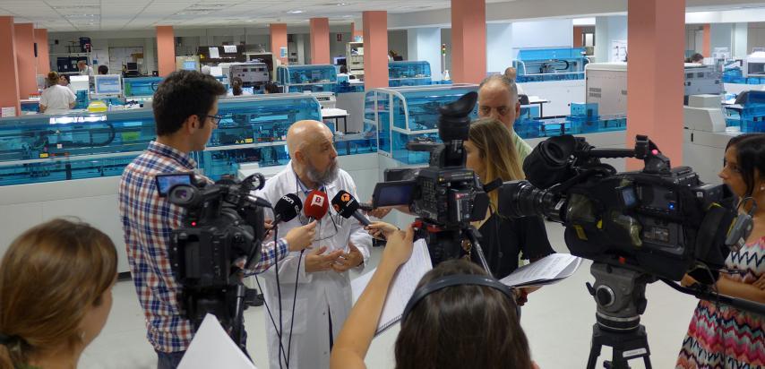 Doctor atenent als mitjans de comunicació.